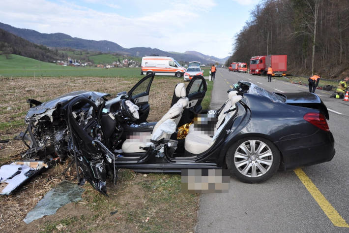 Komplett zerstörtes Unfallfahrzeug auf der Thalstrasse in Herbetswil