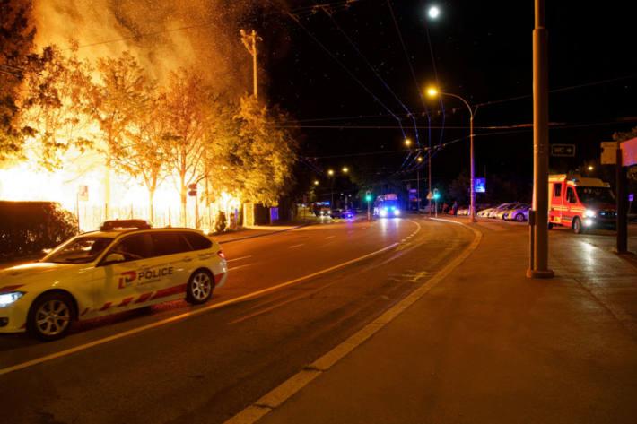 Die Holztribüne brannte aus.