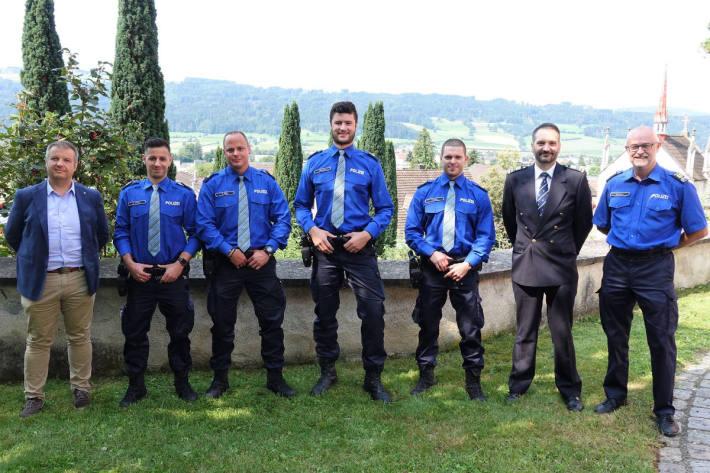 Auf dem Bild v.l.n.r.: Sicherheitsdirektor Dimitri Moretti; Daniel Gamma; Ronny Wipfli; Gabriel Allemann; Markus Falco; Hubert Lussmann, Chef Kommandodienste; Martin Fussen, Chef Ausbildung