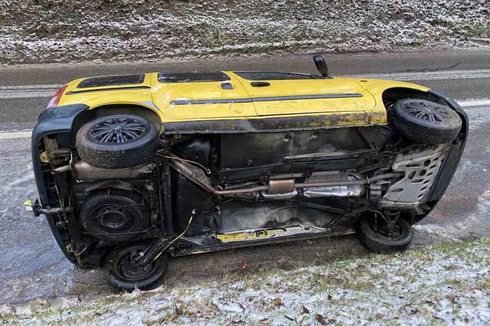 Auto bei Selbstunfall in Ammerswil gekippt