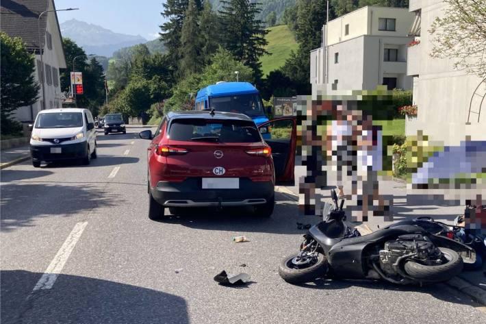 Mit Motorroller auf Fahrzeug gekracht in Glarus