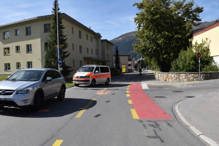 Ein Fahrradlenker verletzte sich bei der Kollision mit einem Auto in Davos schwer.