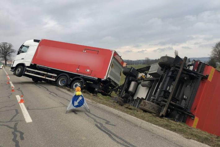 Vollsperrung nach Unfall mit Lastwagen in Düdingen