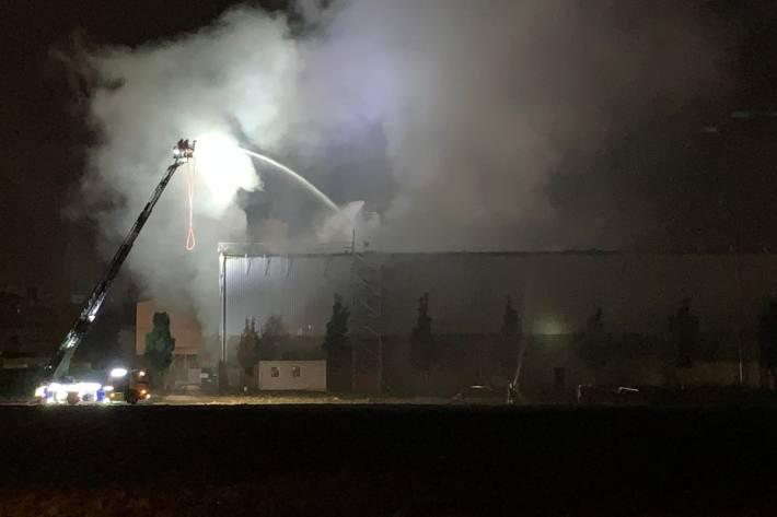 In Glattbrugg ZH ist eine Recycling-Anlage in Brand geraten.