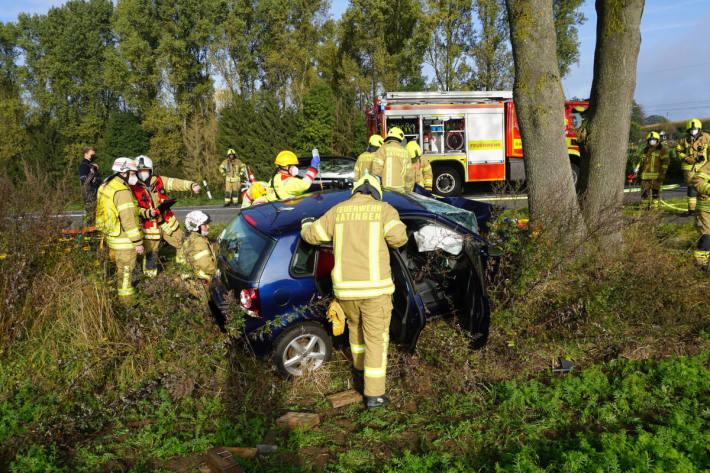 PKW rast gegen Baum in Ratingen-Breitscheid