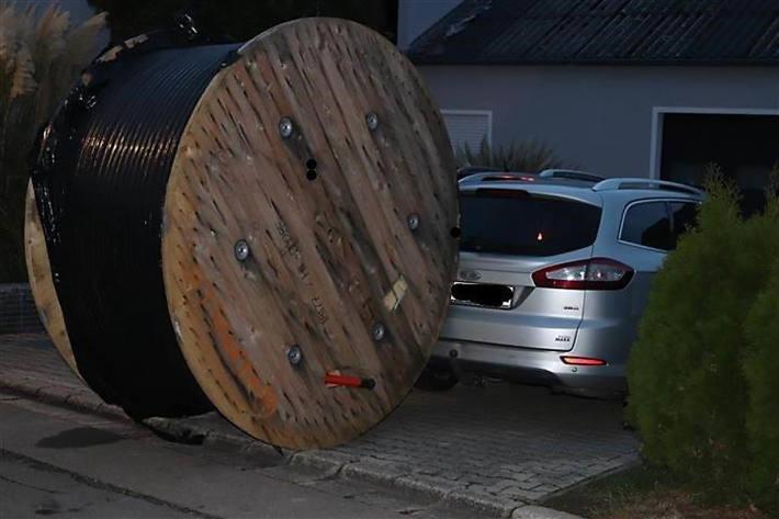 Eine Kabeltrommel mit Erdkabel rollte über die Straße  in Heidenburg und kollidierte mit einem auf dem Nachbargrundstück befindlichen PKW