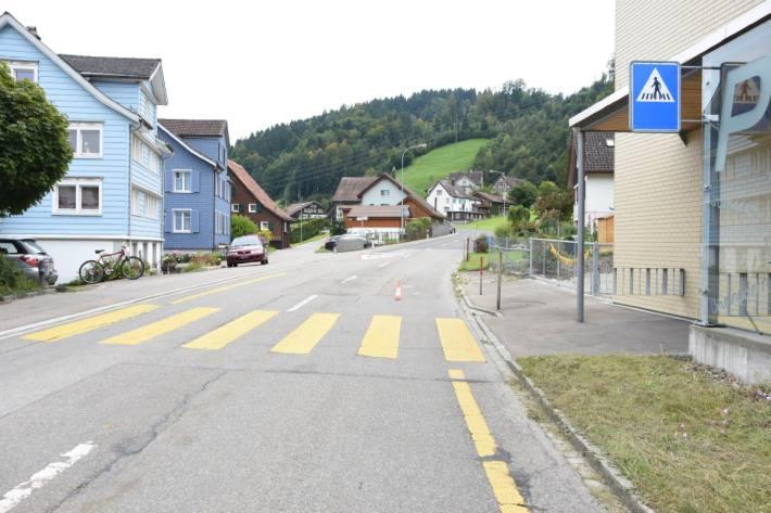 In Brunnadern SG lief gestern ein Kind vor ein Auto und wurde leicht verletzt.