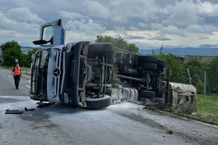 In Römerswil LU kippte heute ein Lastwagen zur Seite.