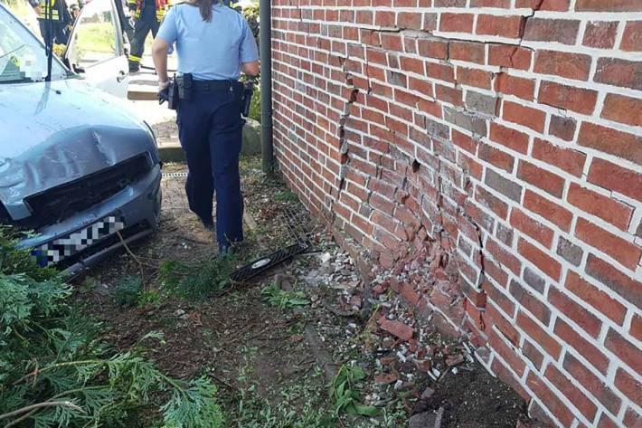Durch den Aufprall wurde in Schermbeck die Hauswand stark beschädigt
