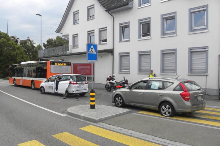 Auffahrkollision zwischen Bus und zwei Autos