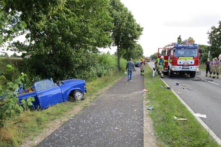 Zwei schwer verletzte Personen nach Unfall mit Trabant bei Schöningen