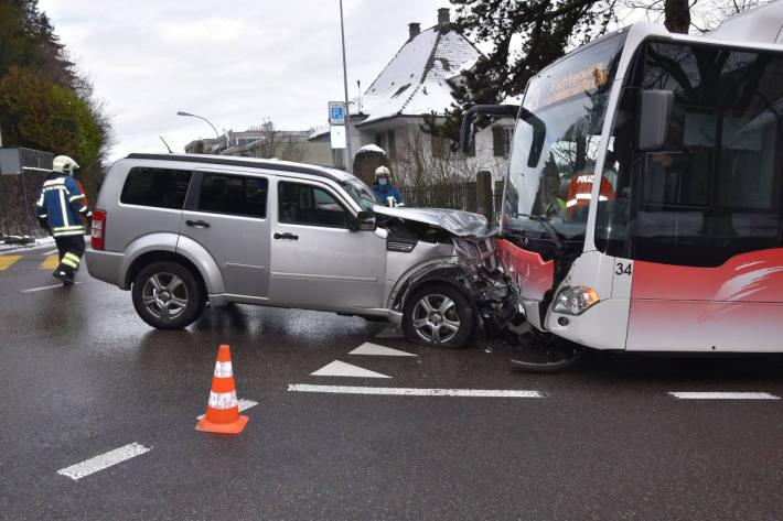 Automobilist prallt frontal in Linienbus in Grenchen