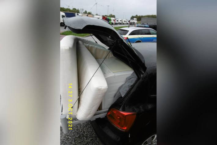 Matratze und Waschmaschine ungesichert im Polo auf der A7