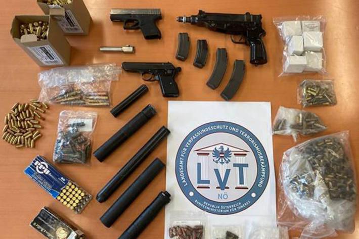 Dem Beschuldigten konnten der illegale Verkauf von insgesamt 70 Faustfeuerwaffen div. Marken nachgewiesen werden