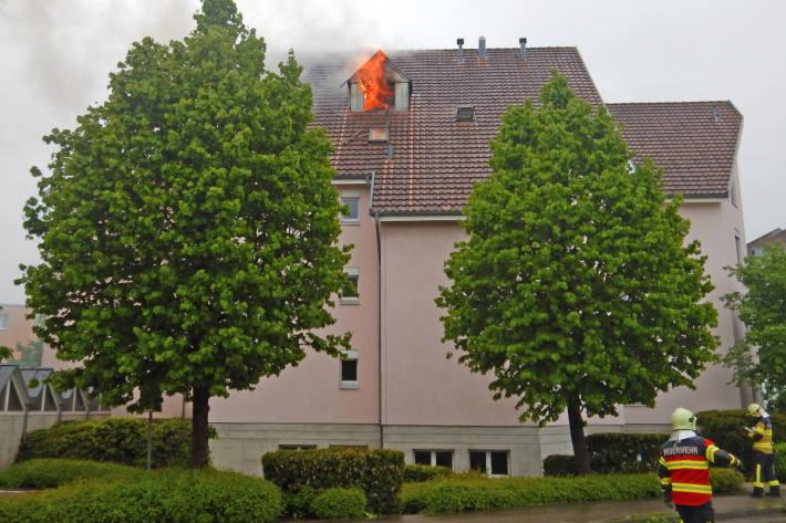 Beim Eintreffen der Einsatzkräfte schlugen bereits Flammen aus dem Dach über der Wohnung