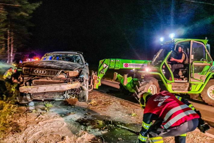 Wegen überhöhter Geschwindigkeit geriet das Fahrzeug ins Schleudern, überschlug sich und prallte gegen eine Böschung