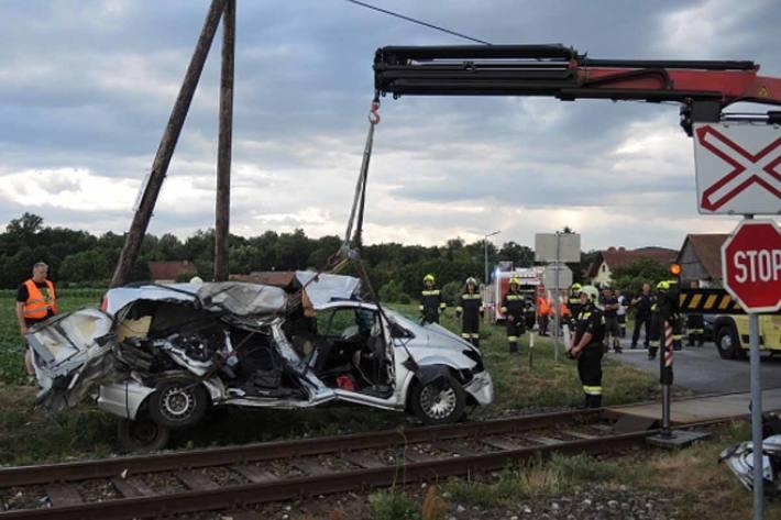 Klein-LKW mit Zug kollidiert
