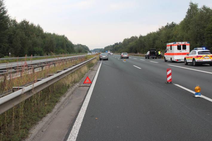 Reisebus verursacht folgeschweren Verkehrsunfall und entfernt sich unerlaubt von der Unfallstelle