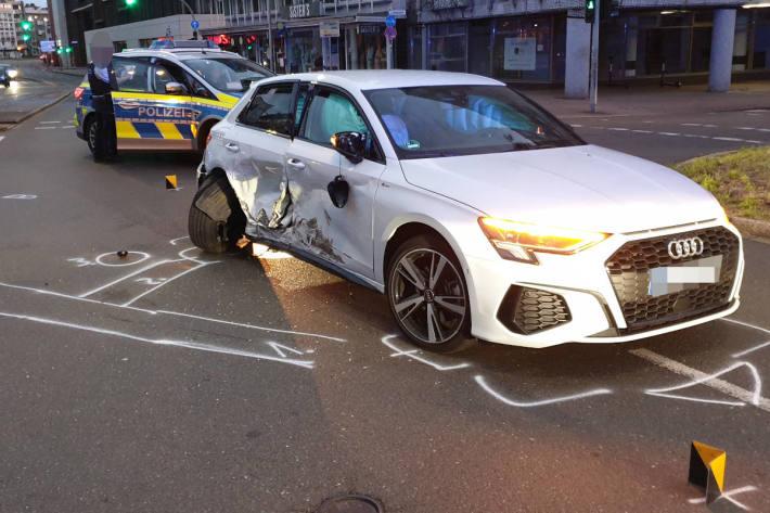 Unbeteiligte Autofahrerin nach Rennen verletzt