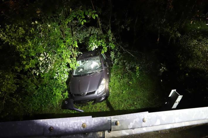 Autolenker landet nach Selbstunfall im Waldabhang