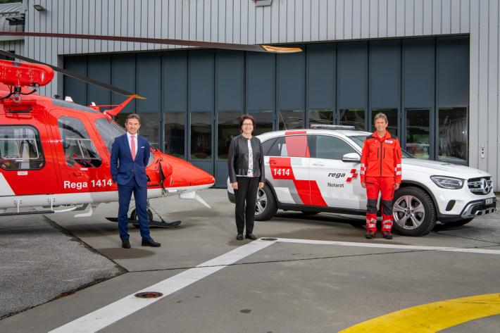 Von links: Rega-CEO Ernst Kohler, Barbara Bär, Gesundheitsdirektorin des Kt. Uri und Stefan Gisler, Rega-Basisleiter Erstfeld vor dem Hangar der Einsatzbasis Erstfeld.
