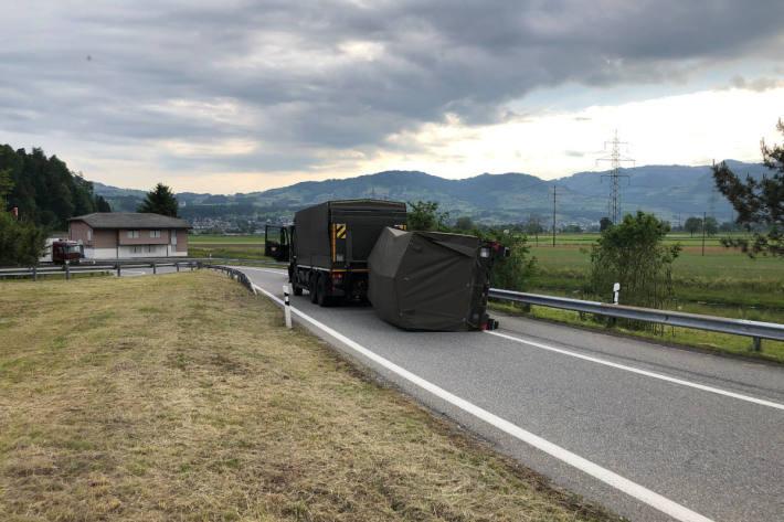Lastwagen abgedrängt – Anhänger gekippt