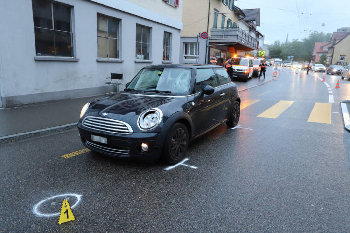 Fussgängerin bei Kollision mit Auto verletzt