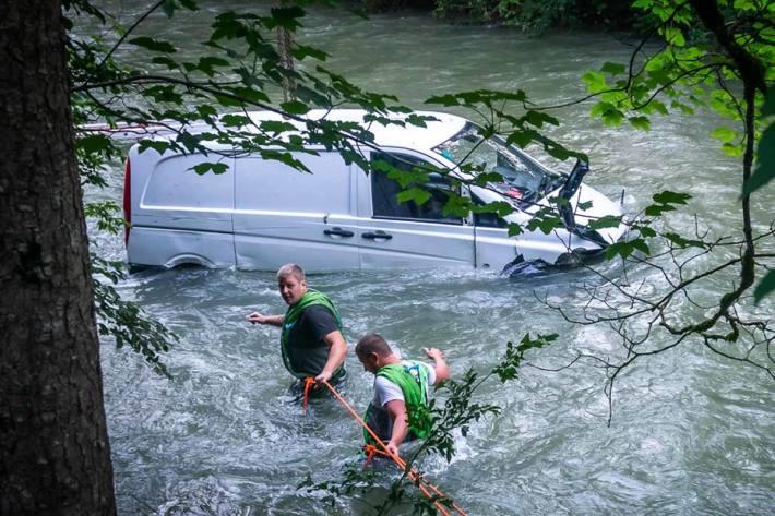 Der Lenker kam in einer Rechtskurve mit seinem Kleintransporter von der Bundesstraße ab, fuhr über eine Böschung und stürzte nach ca. 80 m in die Teichl