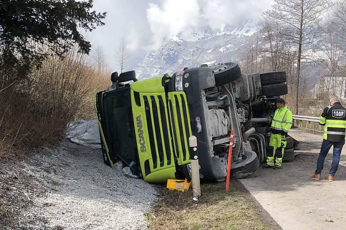 In einer Rechtskurve geriet der Lastwagen rechtsseitig von der Fahrbahn und kippte in der Folge