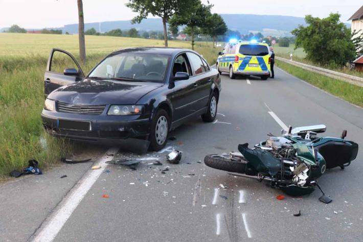 Ein Motorradfahrer hat sich schwer verletzt, als er bei Steinheim frontal gegen ein Auto stieß