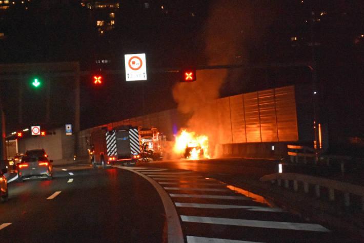 Personenwagen geriet in Brand auf der A2 bei Kriens
