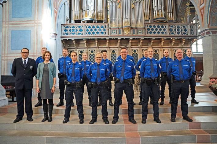 Gruppenbild: v.l. Kommandant Ralph Hurni, Stadträtin Dr. Sonja Lüthi, neue Mitarbeitende der Stadtpolizei St.Gallen sowie der Leiter Aus- und Weiterbildung