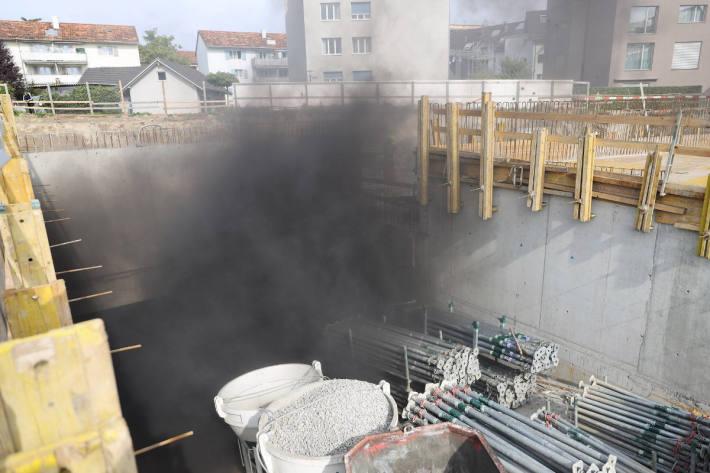 Flammen und Rauch auf einer Baustelle in Steinhausen