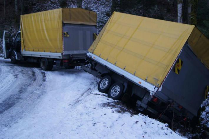 Der Lieferwagen mit Anhänger musste geborgen werden.