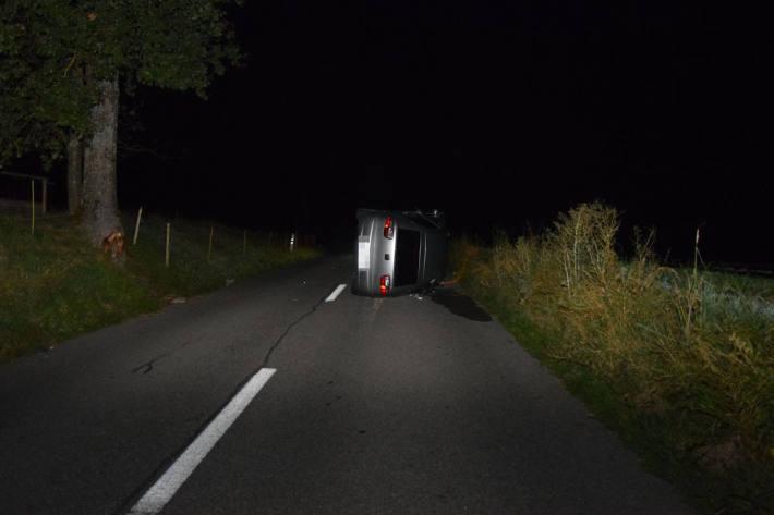 Fahrzeuglenker/in entfernt sich nach Verkehrsunfall von Unfallstelle