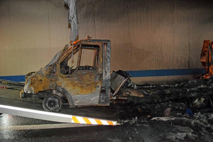 Der Lieferwagen brannte in Kriens in der Folge komplett aus und erlitt Totalschaden