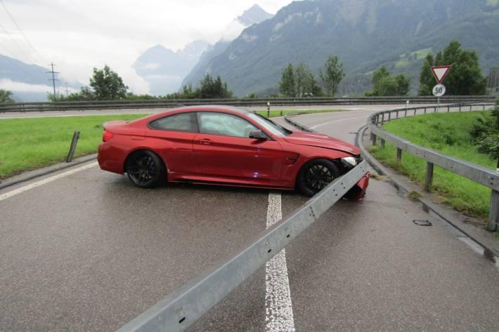 Beim Unfall auf der A3 bei Niederurnen hat das Auto Totalschaden erlitten.