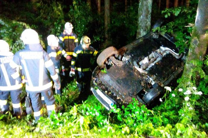 Auto blieb in Tarsdorf am Dach liegen