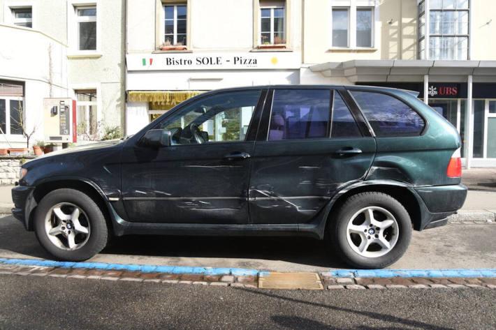 Parkiertes Fahrzeug in Basel massiv beschädigt und geflüchtet