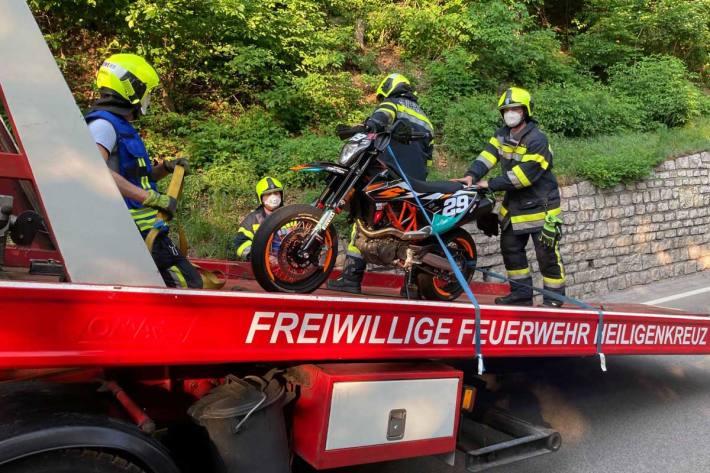 In Heiligenkreuz stieß der 37-jährige Motorradlenker gegen das Heck des vor ihm fahrenden Pkws und kam zu Sturz