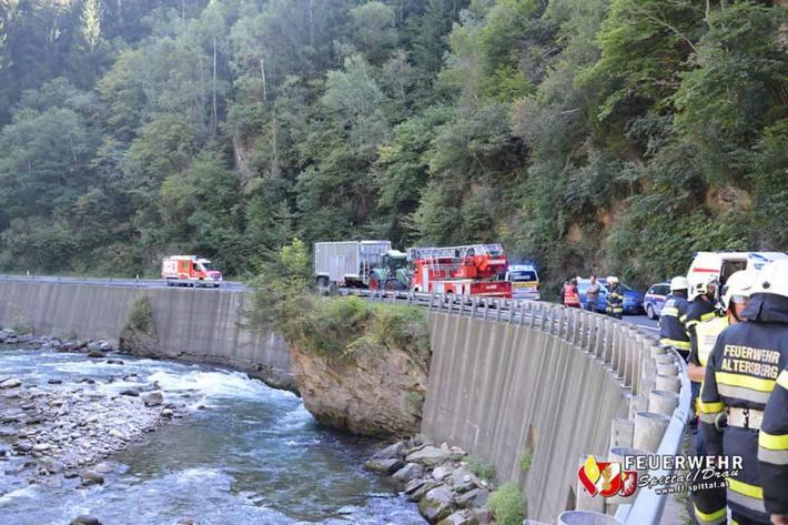Motorradfahrer bei Unfall in Fluss gestürzt