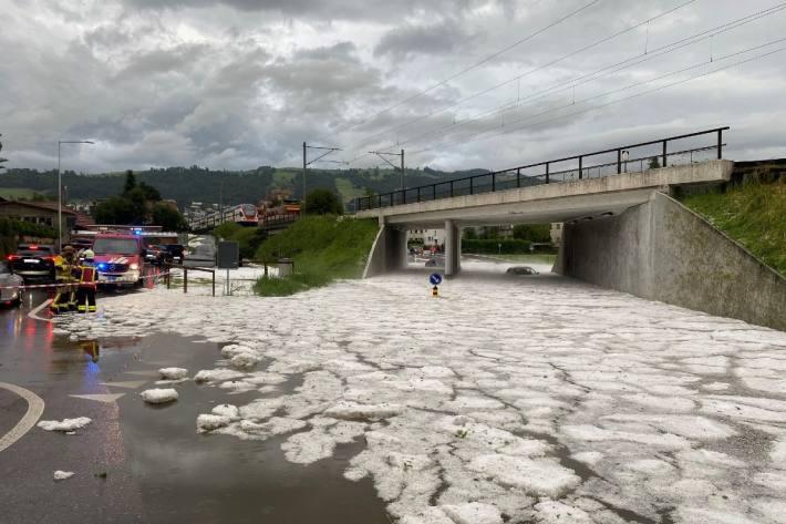 Mehrere Autos blieben im Kanton Zug in einer Unterführung im Wasser stecken.