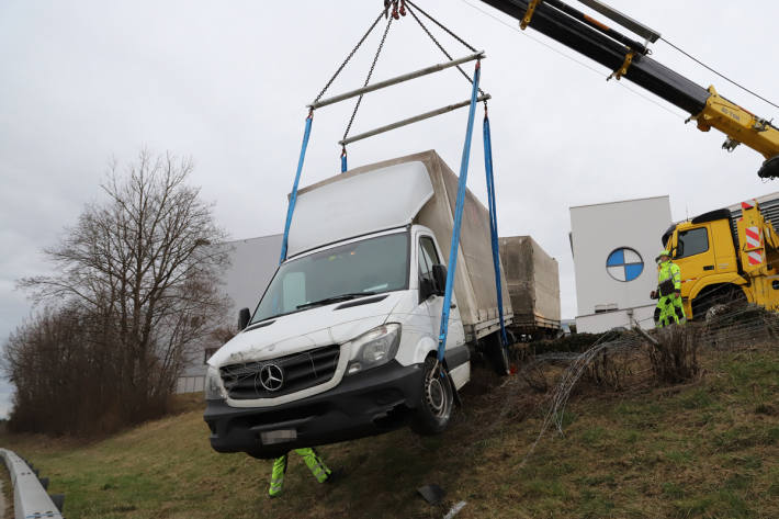 Ein parkierter Lieferwagen mit Anhänger rollte in St. Gallen einen Hang hinunter