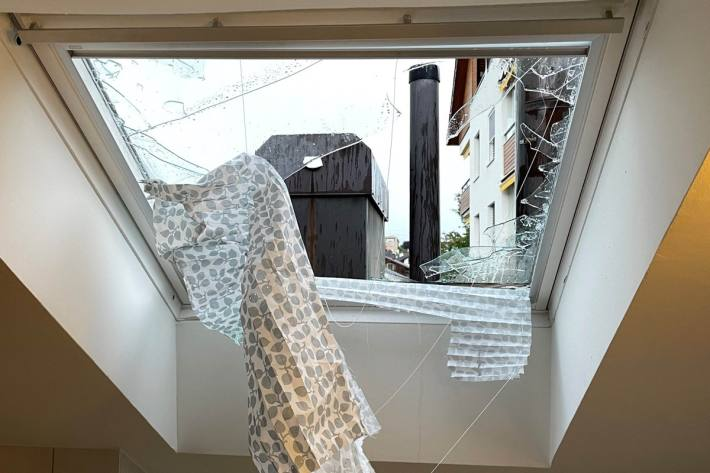 Auch Dachfenster wurden Opfer der Hagelkörner.