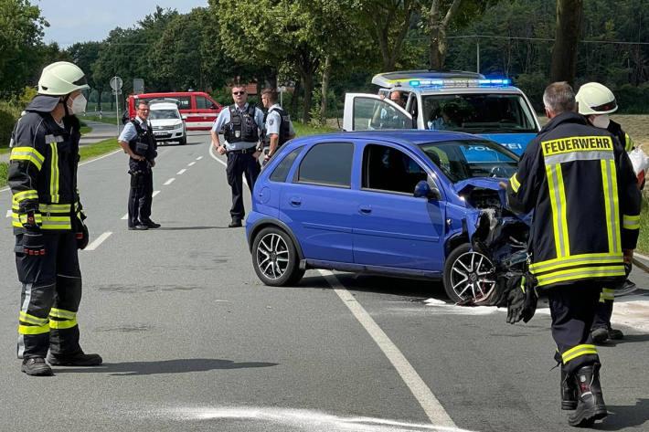 Gegen Baum geprallt bei Bedburg-Hau – Fahrer aus Fahrzeug gerettet