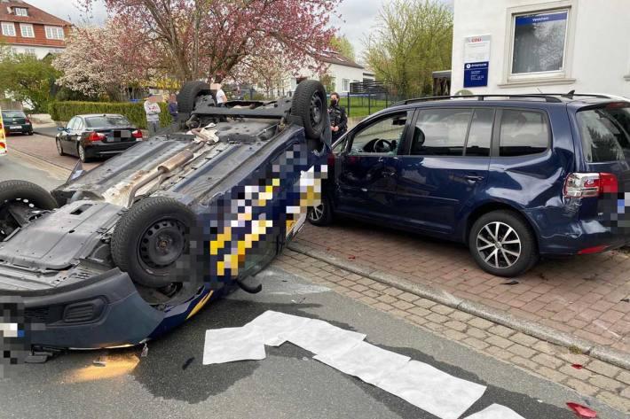 Vor Ort stellte sich heraus, dass sich ein Pkw eines Lieferdienstes überschlagen hatte und mit einem am Rand geparkten Fahrzeugs kollidierte