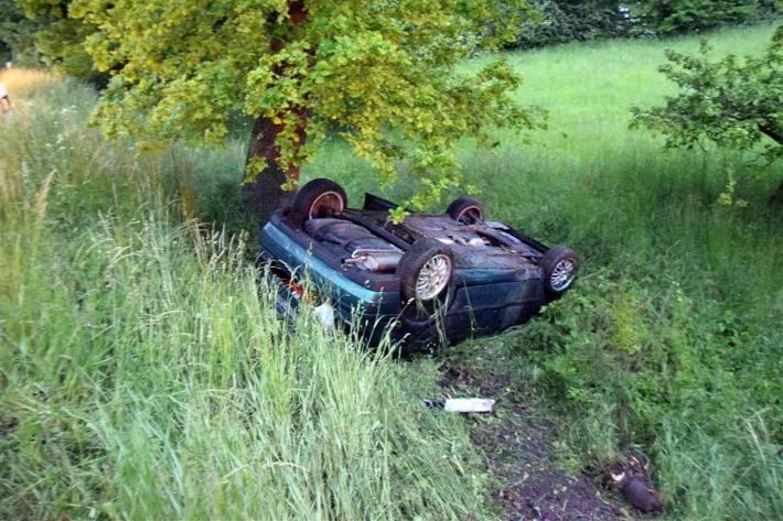 Auto überschlägt sich und landet im Graben in Löhne