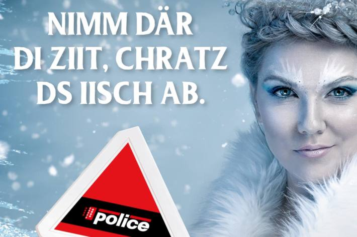 Zusammen mit der Eiskönigin lädt die Kantonspolizei Wallis Sie dazu ein, die Windschutzscheibe vor Fahrtantritt von Schnee und Eis zu befreien