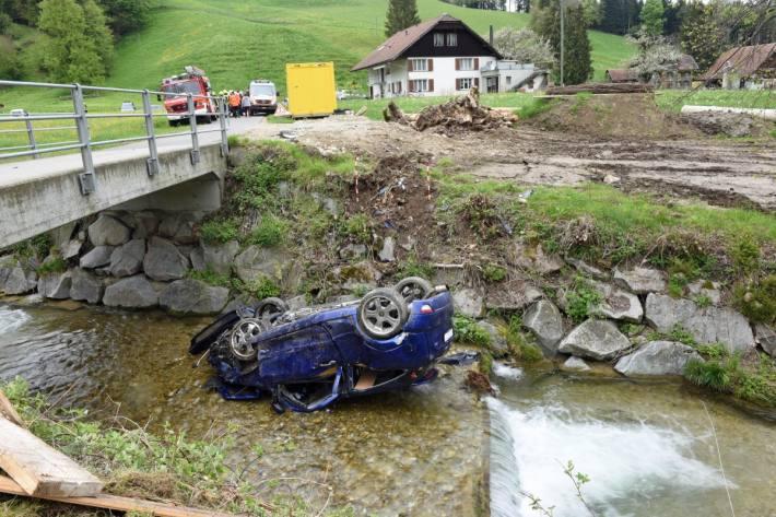 Bei einem schweren Unfall gestern in Hergiswil bei Willisau LU verletzte sich eine junge Beifahrerin am Kopf.