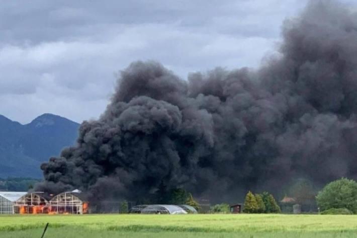 Teile der Lagerhalle wurden stark beschädigt, elf Fahrzeuge wurden komplett zerstört